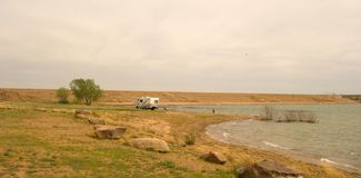 Un campeur solitaire au barrage de parc d'état d'ute, Nouveau Mexique photo libre de droits