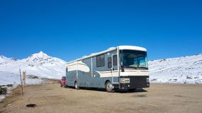 Un camping-car s'est garé sur un sommet de montagne en Alaska photographie stock libre de droits