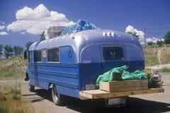 Un campista hecho en casa que conduce abajo del camino a Taos, New México Imágenes de archivo libres de regalías