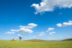 Un campo con un'azienda agricola Immagine Stock
