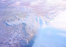 Un campo cubierto con una nieve en la estación del invierno imagenes de archivo