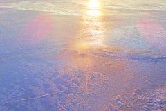 Un campo cubierto con una nieve en la estación del invierno imagen de archivo libre de regalías