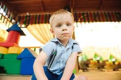 Un campo da giuoco moderno dei bambini dell'interno con i giocattoli immagine stock libera da diritti