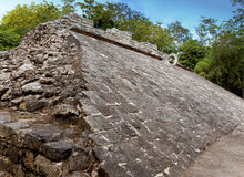 Un campo de bola maya, Yucatán, Mexico.Cityscape en un día soleado Imagenes de archivo