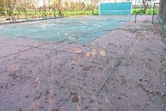 Un campo de tenis abandonado Imagen de archivo libre de regalías
