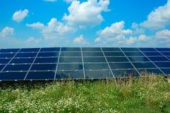 Un campo dei comitati fotovoltaici Fotografia Stock