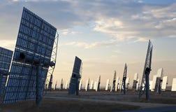Un campo dei comitati solari dello specchio di energia verde Fotografie Stock Libere da Diritti