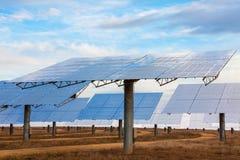 Un campo dei comitati solari dello specchio di energia verde Fotografia Stock Libera da Diritti
