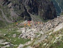 Un campo en las montañas Imágenes de archivo libres de regalías