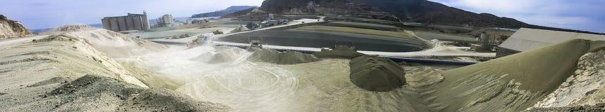 Un campo grande de una planta de mina para la activación de las bentonitas Imagen de archivo libre de regalías