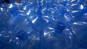 Un campo grande de vacío abre las botellas de 5 galones metrajes