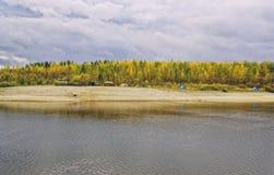 Un campo grande del campo en el banco del otoño del río Imagen de archivo libre de regalías