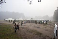 Un campo militar en la niebla de la mañana Imagen de archivo