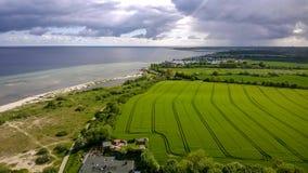 Un campo verde y el mar Imagen de archivo libre de regalías