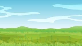 Un campo vuoto sotto un chiaro cielo blu Fotografia Stock Libera da Diritti