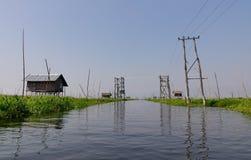 Un canal con las casas de madera fotos de archivo libres de regalías