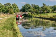 Un canal con una trayectoria de la remolque y un canal barge fotos de archivo