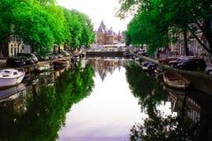 Un canal de Amsterdam y el Waag Fotografía de archivo libre de regalías