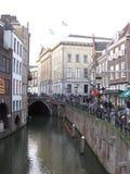 Un canal en la parte principal de Utrecht, los Países Bajos fotos de archivo