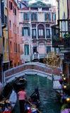 Un canal veneciano estrecho coloreado imagen de archivo libre de regalías