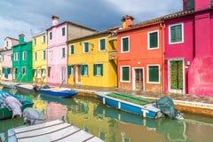 Un canale in Burano immagine stock