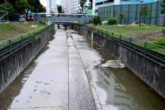 Un canale di dranage dell'acqua fra edilizia popolare a Singapore Fotografia Stock Libera da Diritti