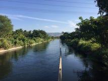 Un canale di irrigazione in Shivasamundram, il Karnataka del sud Fotografie Stock Libere da Diritti