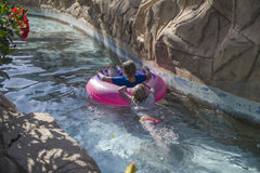 In un canale nel parco dell'acqua immagini stock libere da diritti