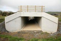Un canale sotterraneo di accesso del calcestruzzo prefabbricato Fotografia Stock Libera da Diritti