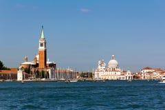 Un canale tipico e barche di Venezia Fotografie Stock Libere da Diritti