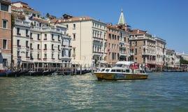 Un canale a Venezia/acque blu, barche e monumenti storici Fotografie Stock