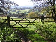 Un cancello delle cinque barre con una vista del paese fotografia stock