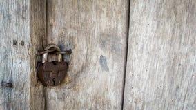 Un candado del hierro en la puerta de madera de una choza del pueblo Material natural Fotos de archivo libres de regalías