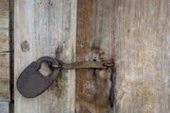 Un candado del hierro en la puerta de madera de una choza del pueblo Material natural Imagen de archivo libre de regalías