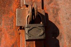 un candado grande del hierro en una puerta oxidada Fotos de archivo
