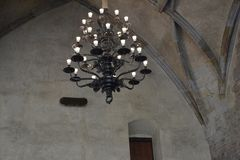 Un candeliere antico nel vecchio palazzo reale Immagini Stock