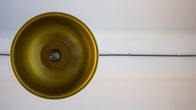 Un candeliere dell'oro contro un soffitto bianco immagini stock