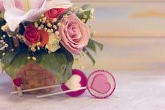 Un canestro del fiore e caramelle del lolipop Fotografie Stock
