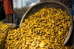 Un canestro dell'arachide al forno fresca ha disposto in una stalla fotografia stock libera da diritti