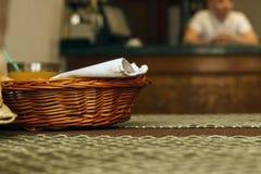 Un canestro di legno del pane su una tavola Fotografia Stock
