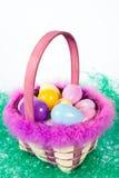 Canestro di Pasqua con le uova variopinte Immagini Stock