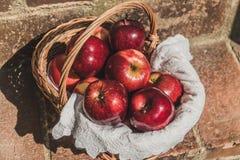 Un canestro in pieno delle mele rosse fotografia stock libera da diritti
