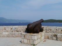 Un cannone del ferro per difendere la città di Korcula fotografie stock