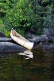 Un canoë indigène se reposant sur des roches photos libres de droits