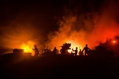 Un canon antiaérien et des silhouettes militaires combattant la scène sur le fond de ciel de brouillard de guerre, silhouettes de Images stock