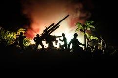 Un canon antiaérien et des silhouettes militaires combattant la scène sur le fond de ciel de brouillard de guerre, silhouettes de Image libre de droits