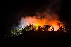 Un canon antiaérien et des silhouettes militaires combattant la scène sur le fond de ciel de brouillard de guerre, silhouettes de Photos libres de droits