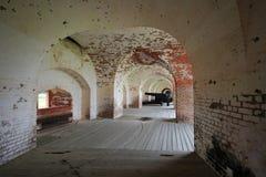 Un canon dans un vieux fort Photographie stock libre de droits