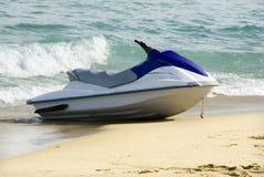 Un canot automobile de bateau amarré en plage côtière. Image libre de droits