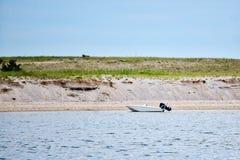 Un canot automobile isolé se repose près de la plage sur le vignoble du ` s de Martha Photographie stock
